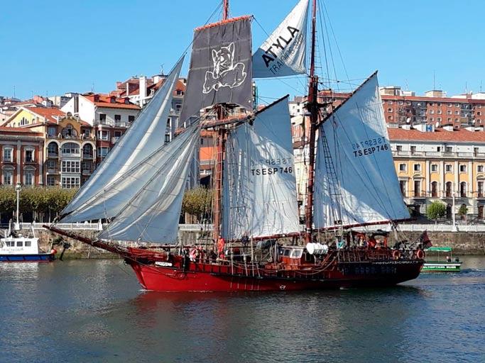 Velero Atyla Navegando por la Ría de Bilbao Itsasmuseum