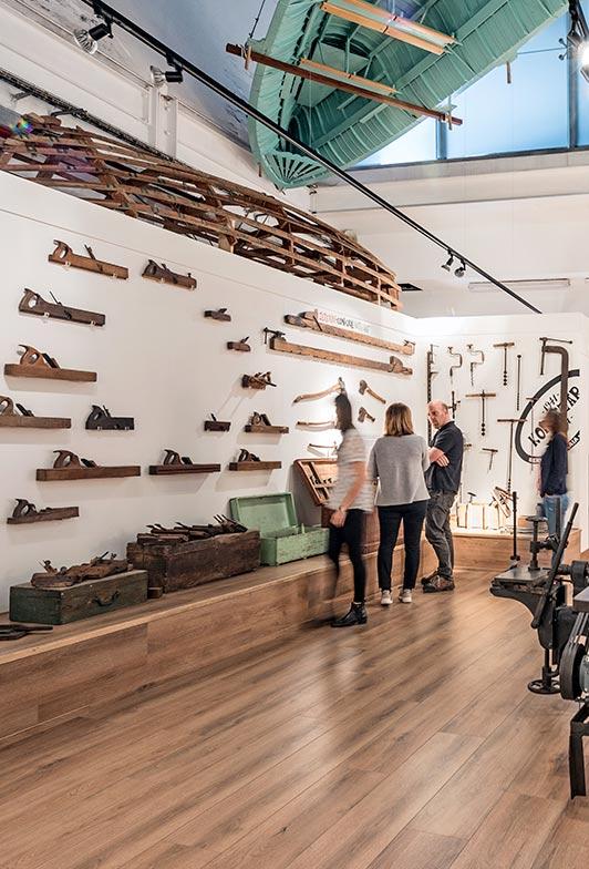Visitantes en la Exposición Erain en Itsasmuseum
