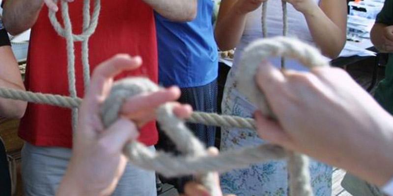 Alumnos Disfrutando de la Actividad Nudos Marineros en Itsasmuseum