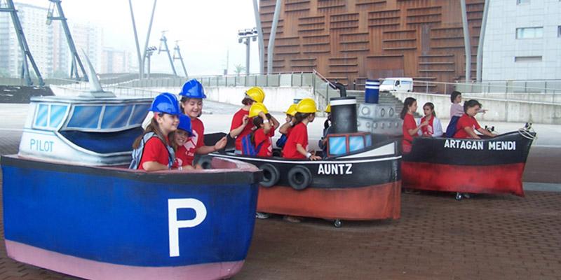 Alumnos de Primaria Disfrutando de la Actividad Imagina ser Trabajador del Puerto en Itsasmuseum